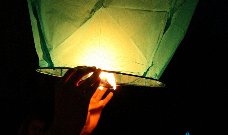 Égi lámpásokkal üzentek a gútai diákok