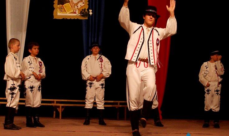 A színházteremben folytatódott az ünnepség.