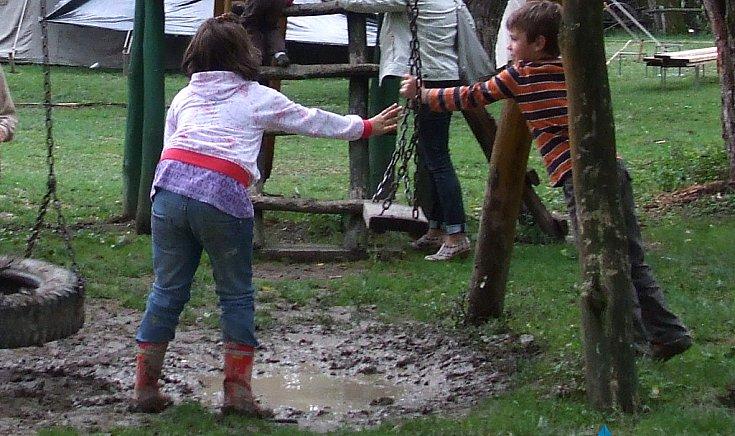 A gyermekeket nem zavarta a rossz idő.