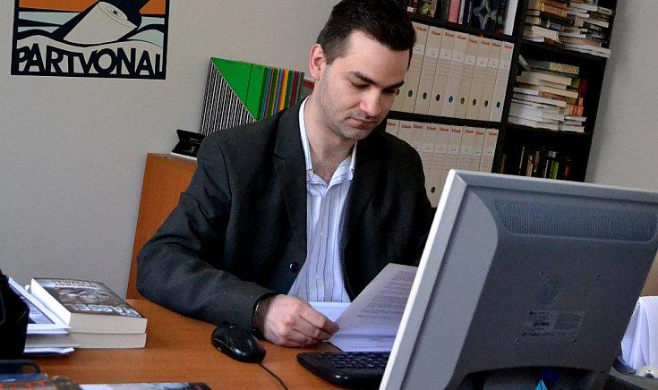 Kozma Péter, a Partvonal Kiadó értékesítési igazgatójának jóvoltából kapott könyveket a könyvtár