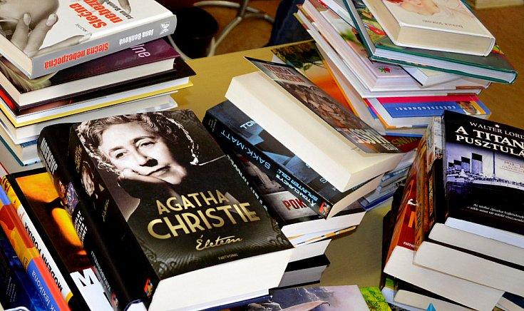 Több tucat új kötettel gazdagodott a gútai könyvtár.