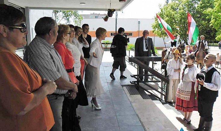 Koczkás Beáta alpogármester üdvözli a táncosokat.