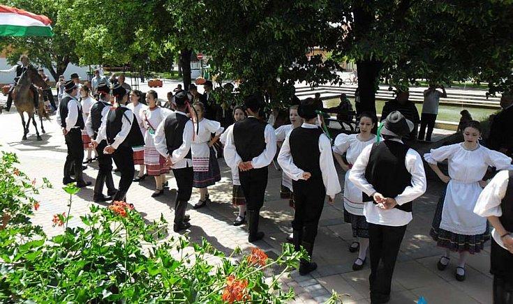 Végigtáncolták a várost a gútai fiatalok pünkösdvasárnap.