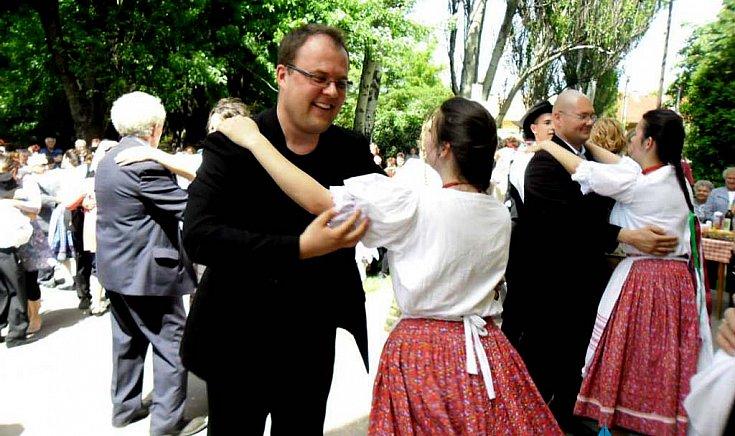 ...Szlovák Marián atyát és a hívőket is.