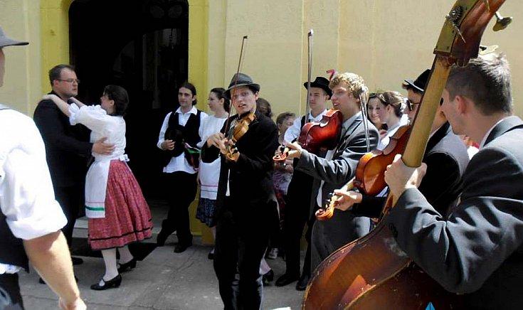 A táncosoknak a Pósfa zenekar húzta a talpalávalót.