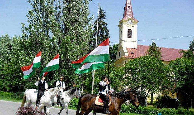 Lovas kísérettel a Vermes törzs zászlókkal mutatta az utat.