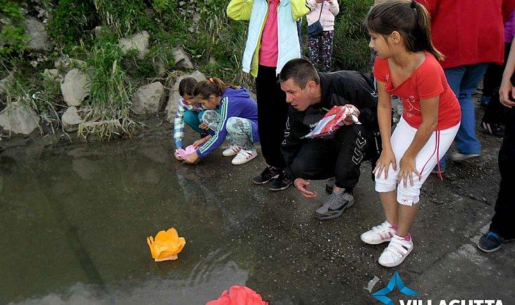 Lótuszvirágot formázó úszó vízi lampionokat bocsátottak a vízre.