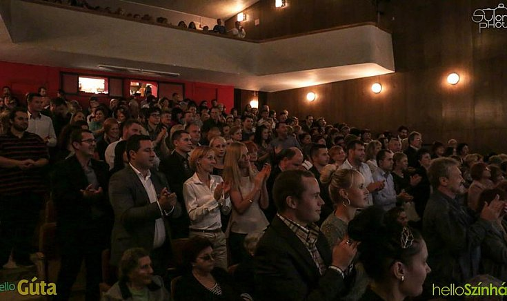 A közönség szűnni nem akaró tapssal díjazta a szereplőket.