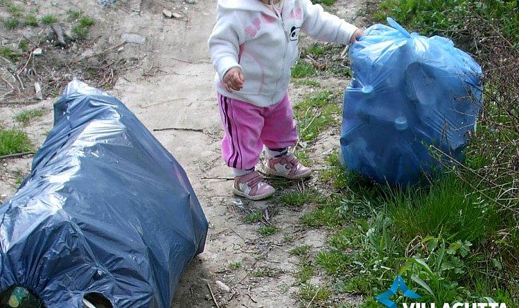 Környezetvédelemre nevelés. Enci másfél évesen, bölcsi helyett.