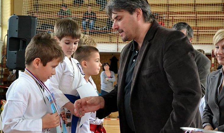 Horváth Árpád, Gúta város polgármestere gratulál az első helyezettnek