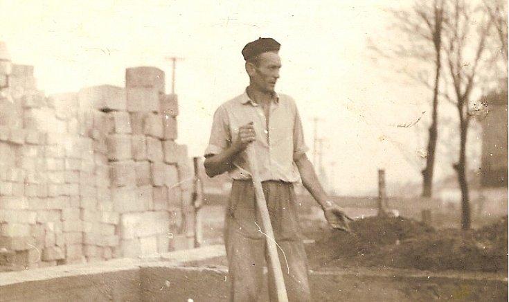 2 Édesapám az új ház alapletételénél.