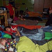 Kamionokban és sátrakban aludtak a diákok