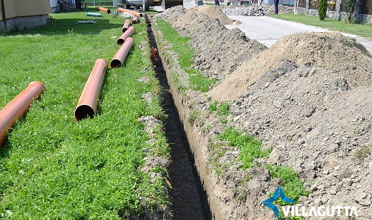 Vízelvezető árkokat ástak az Alsó utcában