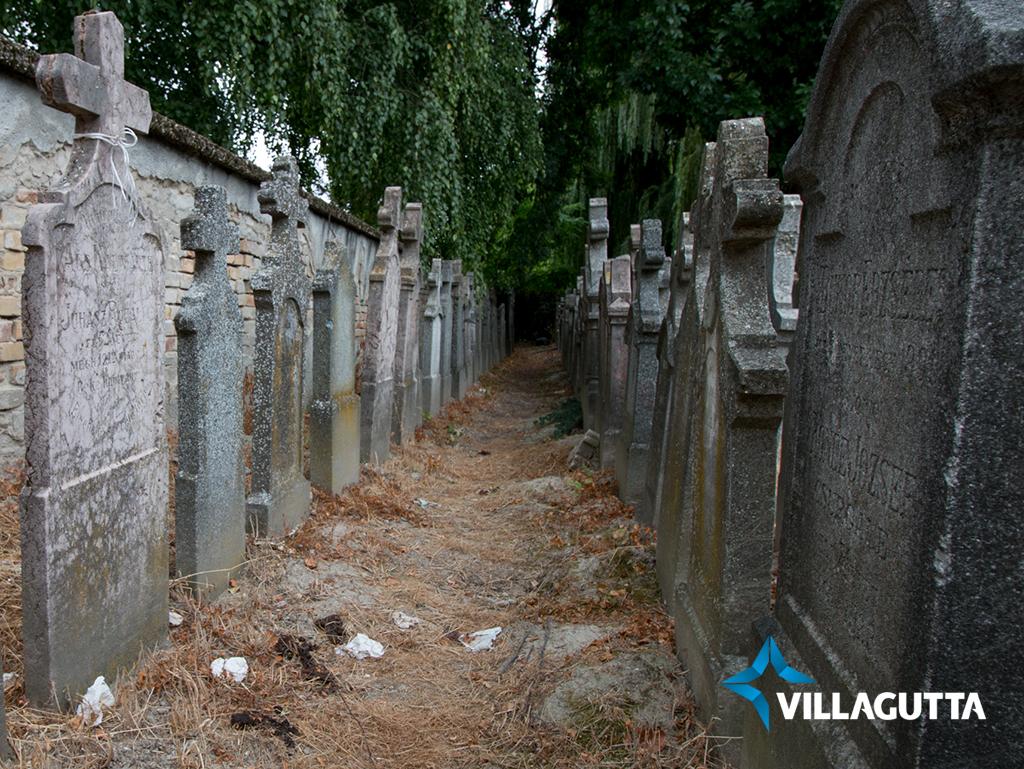 A síremlékeknél végzik a nagydolgukat.